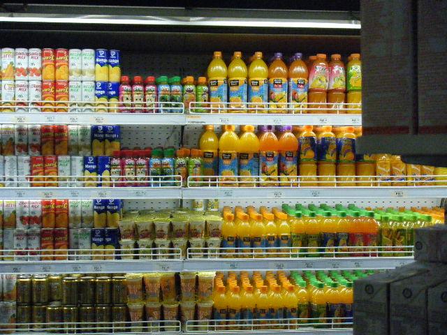 たくさん並ぶジュース類